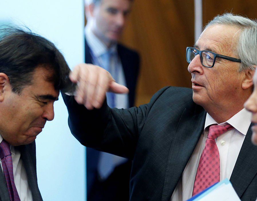 Jean-Claude Juncker playfully scrubs the head of greets EU Commission Chief spokesperson Margaritis Schinas