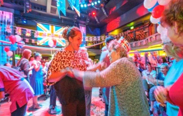 89-year-old-returns-to-nightclub-where-she-found-love-img1