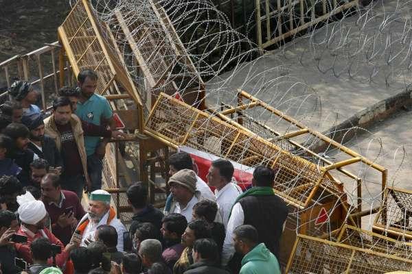 india-farmer-barricade